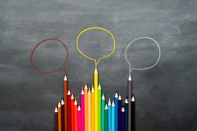 Groupe de crayons avec bulle de dialogue