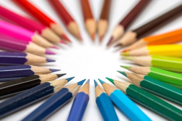 Groupe de crayons de couleur sur fond blanc