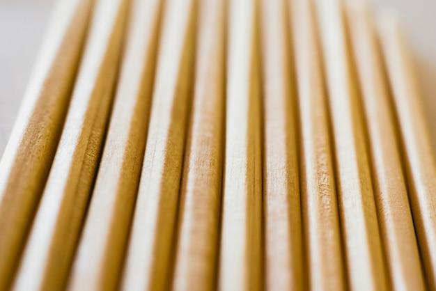 Groupe de crayons disposés sur du papier millimétré.