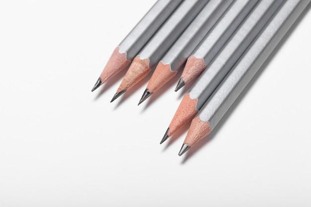 Groupe de crayons isolé sur blanc