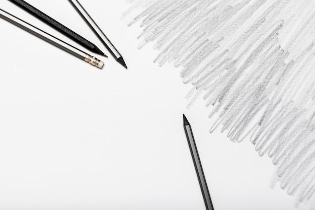Groupe de crayons isolé sur fond blanc