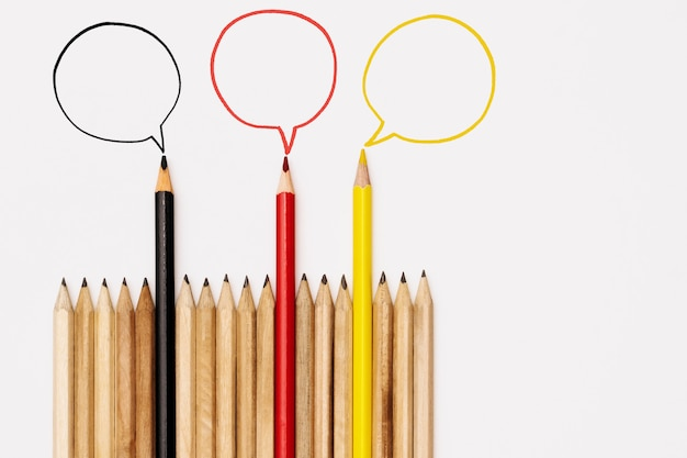 Groupe de crayons partage d'idée sur fond blanc, concept de communication