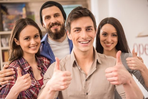 Groupe de créateurs habillé décontracté à la recherche.