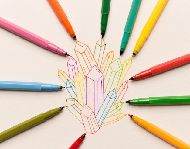 Groupe de cristaux peints colorés entre les marqueurs