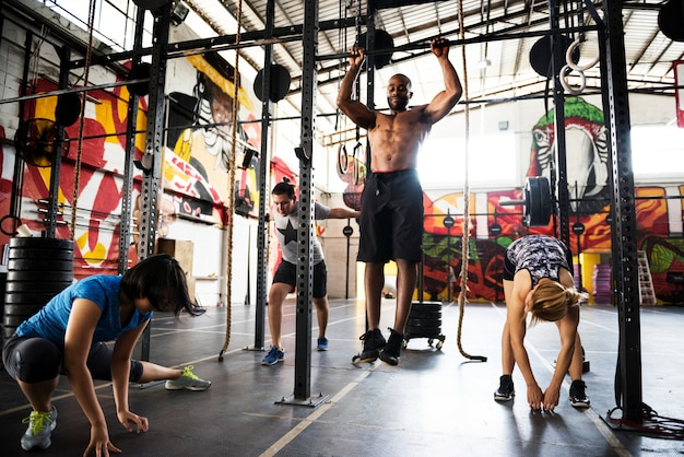 Groupe crossfit à la gym
