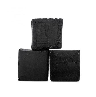 Groupe de cubes de charbon de bois isolé sur blanc
