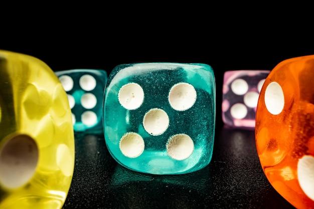 Groupe de cubes de dés sur surface noire