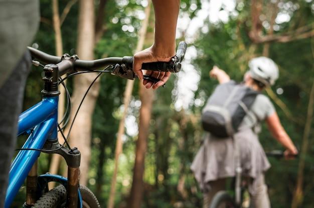 Groupe de cyclistes divers dans la forêt