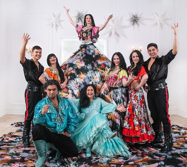 Groupe de danse amusant dans les costumes tziganes. danse folklorique