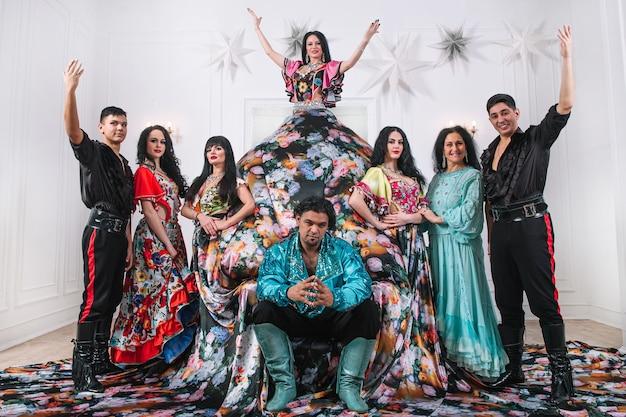 Groupe de danse en costumes gitans posant sur scène. danse folklorique