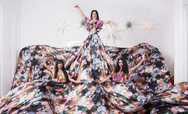 Groupe de danse gitane en costumes nationaux. photo avec un espace pour le texte