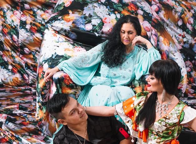 Groupe de danseurs de cabaret exécutant la danse gitane folklorique