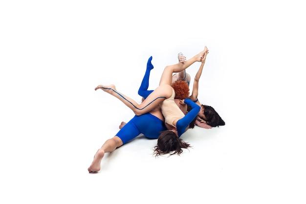 Le groupe de danseurs modernes, danse contemporaine d'art, combinaison d'émotions bleues et blanches