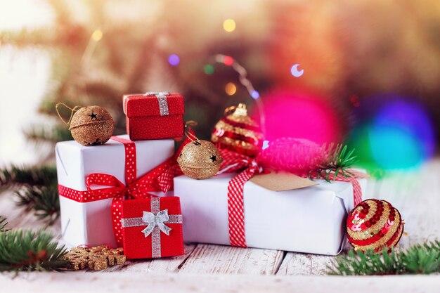 Groupe décoré de cadeaux rouges et blancs et grelots dorés