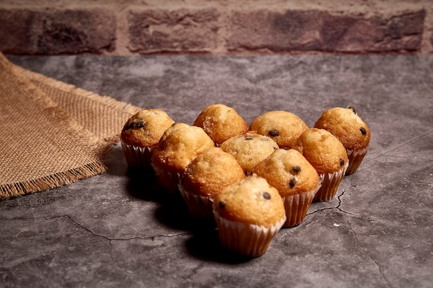 Groupe de délicieux muffins au chocolat en forme de coeur