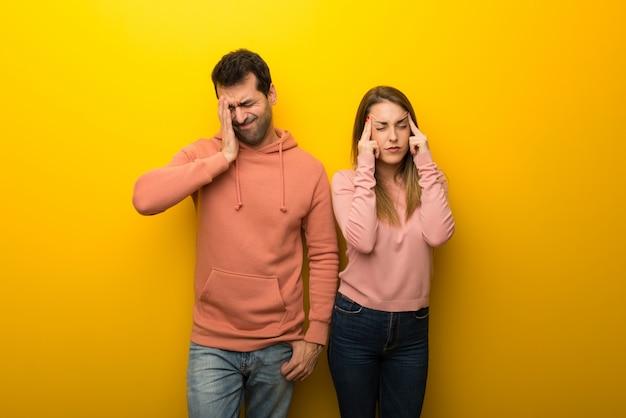 Groupe de deux personnes sur fond jaune malheureux et frustré par quelque chose
