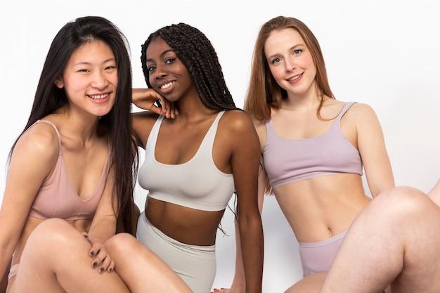 Groupe de différentes belles femmes montrant différents types de beauté