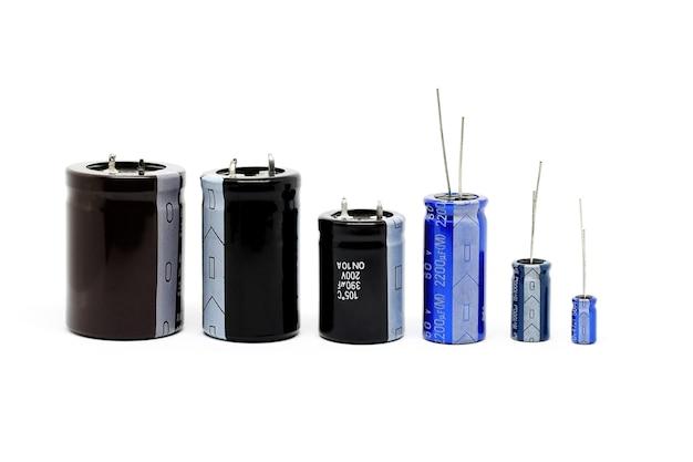 Groupe de différentes tailles de condensateurs isolés sur fond blanc