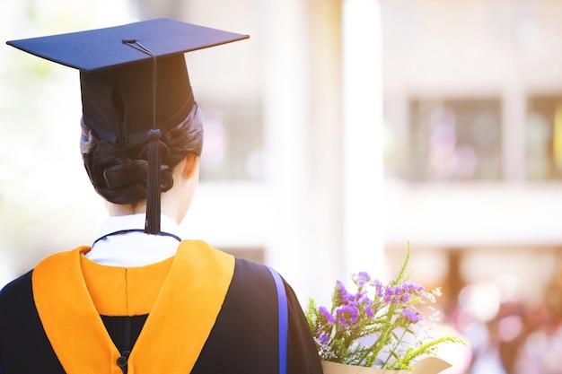Groupe de diplômés au début. félicitation de l'éducation de concept dans le diplôme universitaire. cérémonie de remise des diplômes