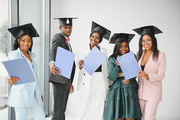 Groupe de diplômés universitaires multiculturels.