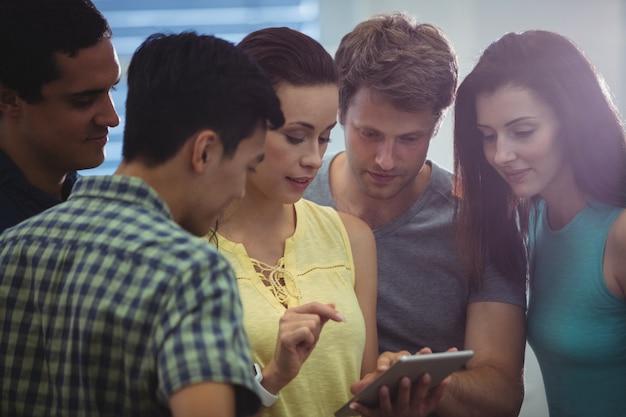 Groupe de dirigeants d'entreprises de discuter sur tablette numérique