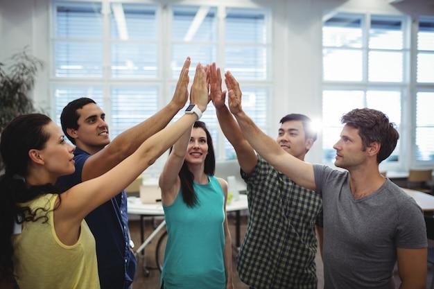 Groupe de dirigeants d'entreprises donnant high five