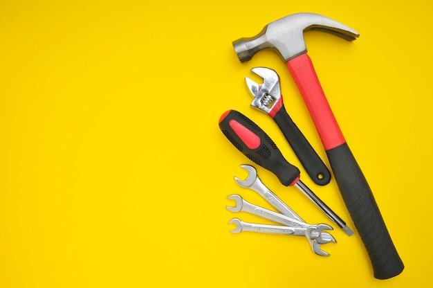 Groupe de divers outils sur jaune avec espace pour les textes