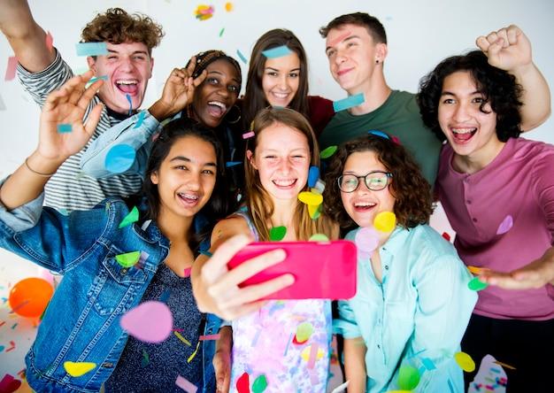Un groupe diversifié d'adolescents tirent