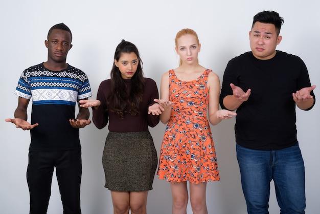 Groupe diversifié d'amis multiethniques à la con