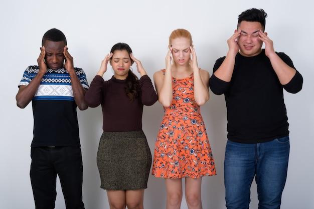 Groupe diversifié d'amis multiethniques à la recherche de difficultés
