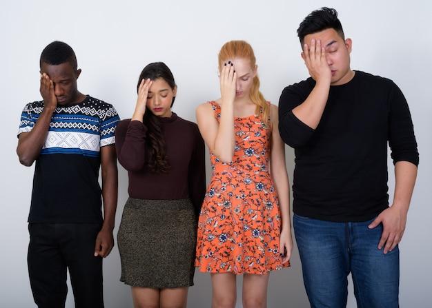 Groupe diversifié d'amis multiethniques à la recherche de stress