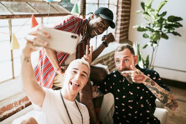 Groupe diversifié d'amis prenant un selfie lors d'une fête