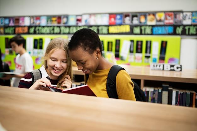 Groupe diversifié d'élèves du secondaire en bibliothèque