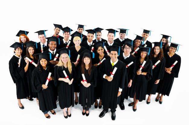 Groupe diversifié d'étudiants diplômés