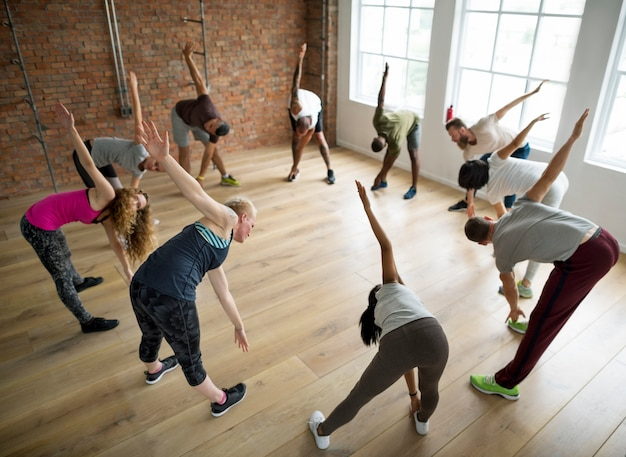 Groupe diversifié de personnes faisant de l'exercice en cercle