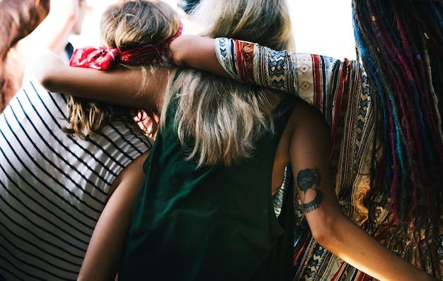 Groupe diversifié de personnes profitant d'un road trip et d'un festival