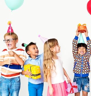 Groupe de diversité enfants fête ensemble