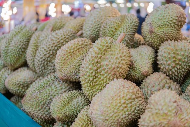 Groupe de durians frais sur le marché du durian.