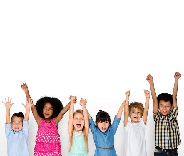 Groupe d'écoliers amis bonheur souriant