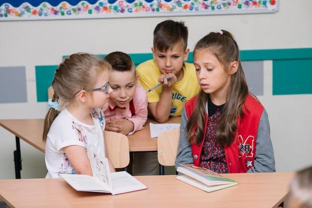 Groupe d'écoliers en salle de classe