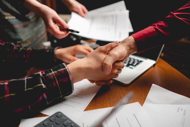 Groupe d'employés de bureau donnant une poignée de main, concept d'accord