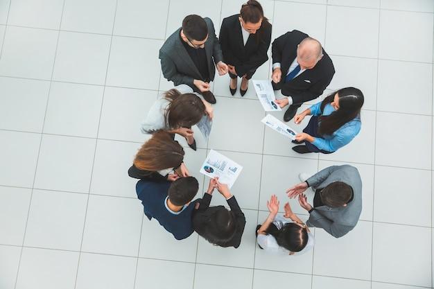 Groupe d'employés de l'entreprise debout dans un cercle