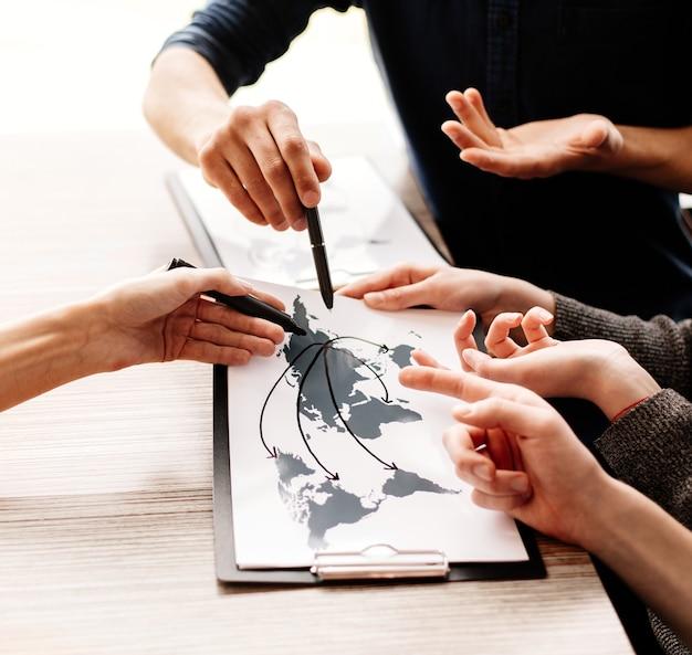 Un groupe d'employés travaillant sur un nouveau projet commercial