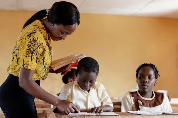 Groupe d'enfants africains prêtant attention à la classe