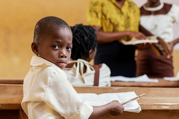 Groupe d'enfants africains prêtant attention à la classe