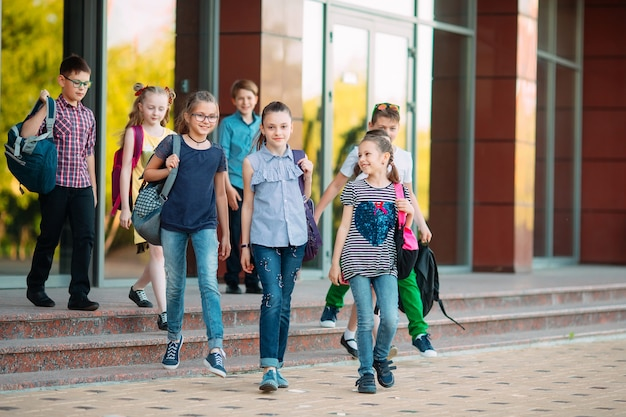 Groupe d'enfants allant à l'école ensemble.