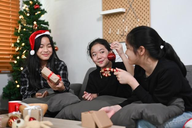 Groupe d'enfants asiatiques s'amusant à célébrer noël à la maison.