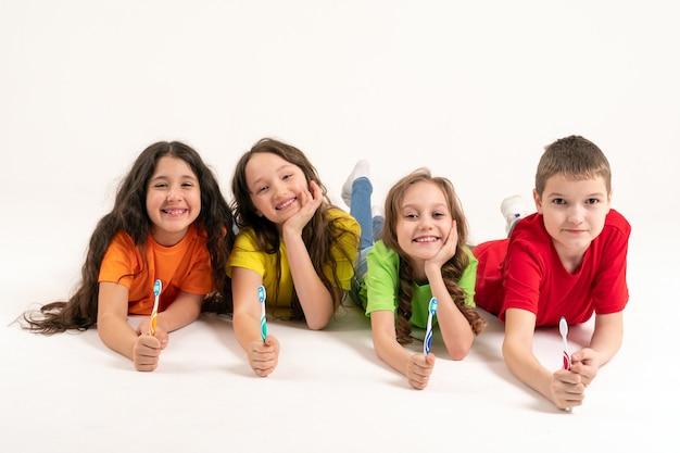 Groupe d'enfants avec des brosses à dents dans leurs mains