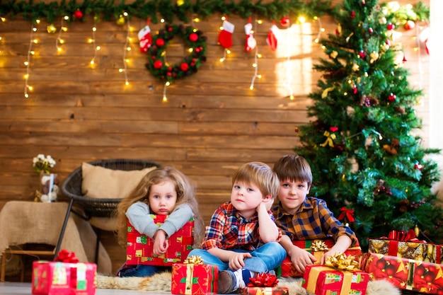 Groupe d'enfants avec des cadeaux de noël