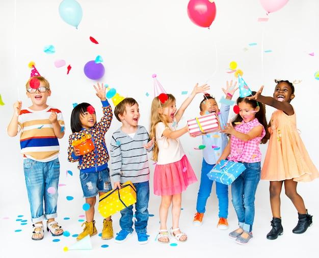 Groupe d'enfants célébrant la fête et s'amusant ensemble
